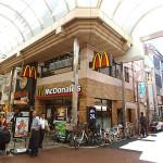 パルム商店街メインアーケードの中のマクドナルド